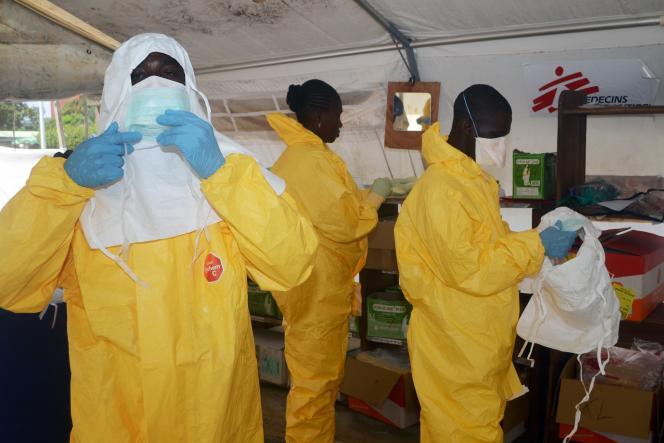 Des membres de l'ONG Médecins sans frontières se préparent à soigner des patients atteints par le virus Ebola, dans un hôpital de Conakry, en Guinée, le 28juin.