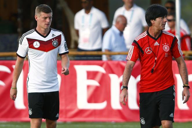 Toni Kroos et son sélectionneur, Joachim Löw, ici à l'entraînement le 18 juin à Porto Seguro.
