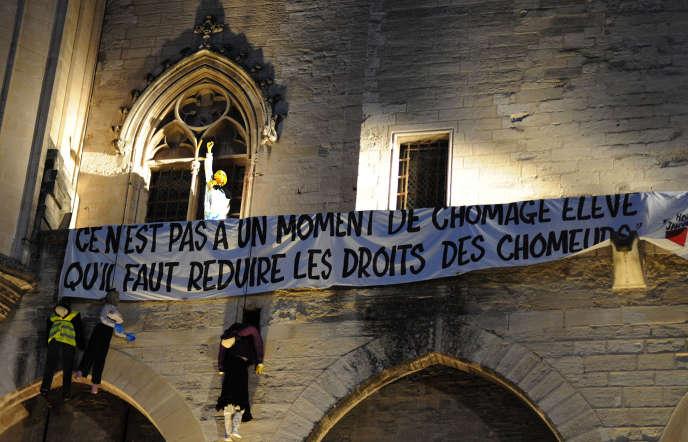 Sur la façade du Palais des Papes à Avignon, une banderole d'intermittents du spectacles qui proteste contre la réforme de leur statut d'assurance chômage, le 4 juillet.