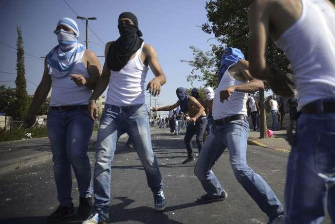 Echauffourées entre la police israélienne et des manifestants palestiniens lors des funérailles d'un jeune Palestinien de 16 ans, vendredi 4 juillet à Jérusalem.