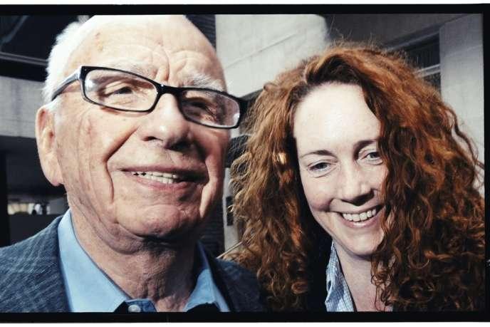 """Rupert Murdoch avec Rebekah Brooks, en 2011. Malgré l'affaire des écoutes du """"News of the World"""", l'ex-collaboratrice du magnat jouit toujours de la même aura auprès du patriarche."""