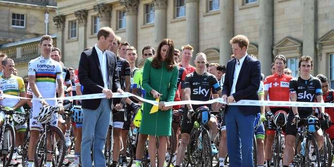 Le prince William et son épouse ouvrent la première étape du Tour de France, samedi 5 juillet à Leeds.