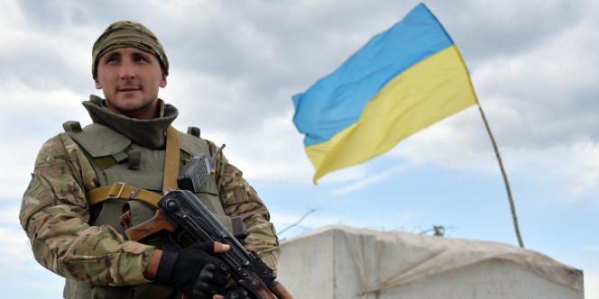 Un membre des forces ukrainiennes à un  point de contrôle près de Sloviansk, le 4 juillet.