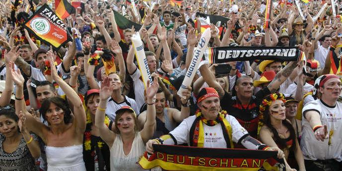 Le supporters allemands réunis  à la porte de Brandeburg à Berlin, le 4 juillet.