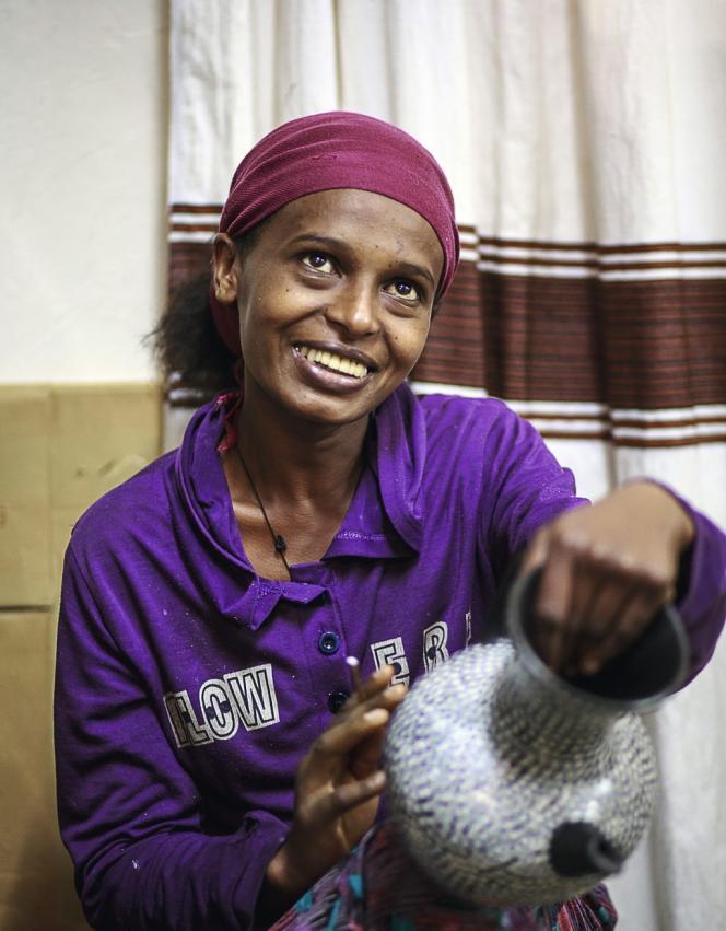 Dans l'atelier Muya, près d'Addis-Abeba, Ehetebeza décore une poterie en forme de pintade, grand succès de la marque.