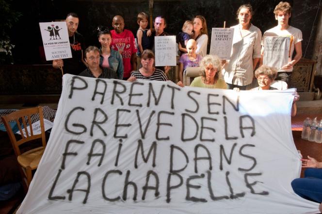Quatre parents d'enfants malades ont observé une grève de la faim, début juillet, pour protester contre la fermeture du service d'oncologie pédiatrique de l'hôpital Raymond-Poincaré de Garches (Hauts-de-Seine).