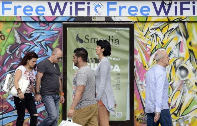 Devant une publicité du fournisseur de Wi-Fi Gowex, à Madrid, le 3 juillet.
