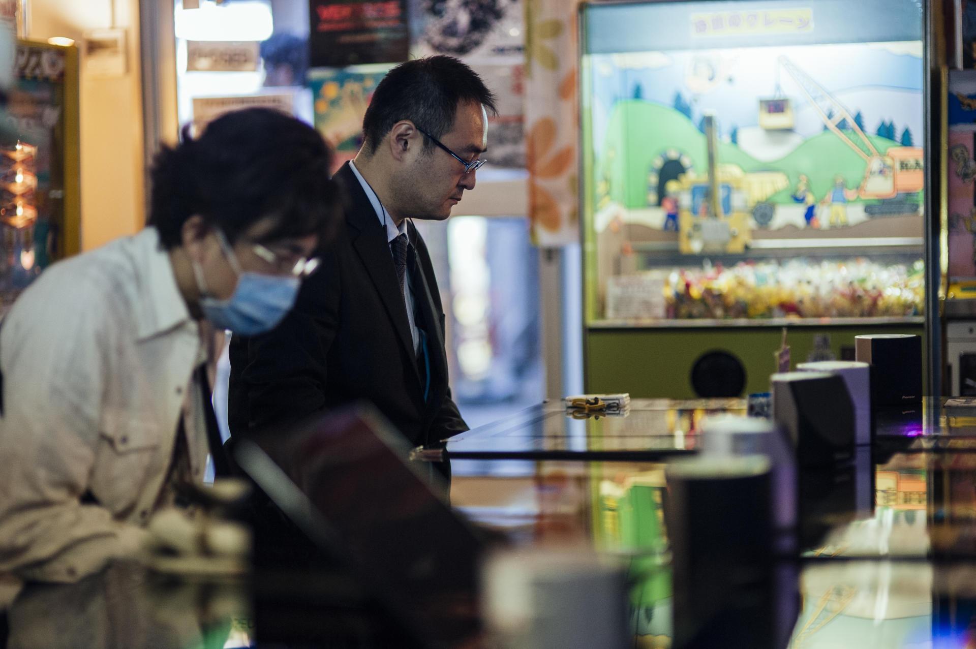 A l'opposé des grandes salles de jeux vidéo, les salles de rétro-gaming attirent des Japonais plus âgés et nostalgiques.