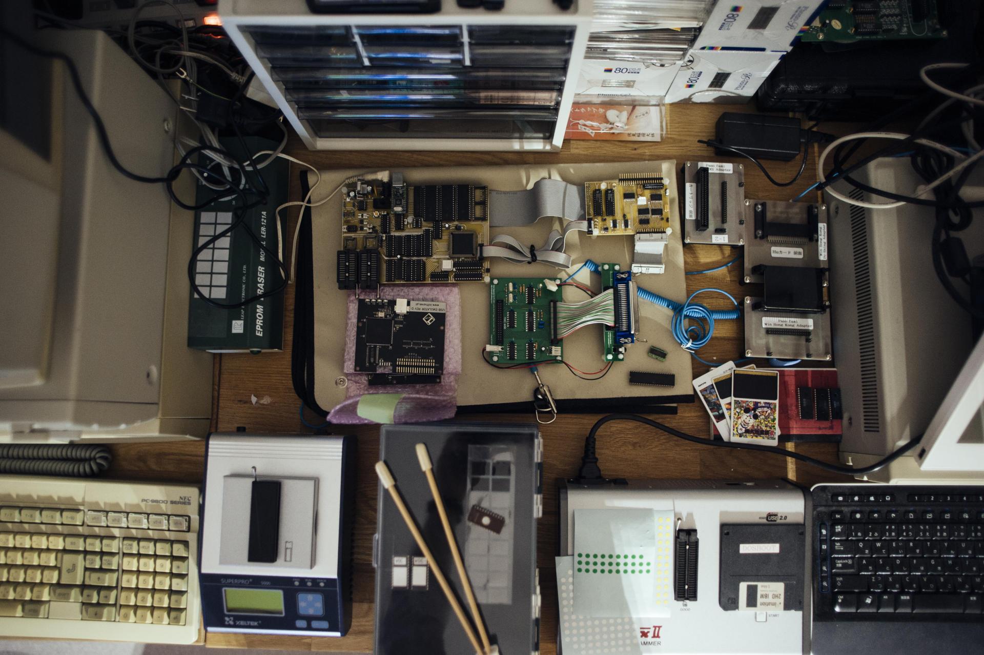 L'atelier de la Game Preservation Society réunit des techniciens, mais aussi des passionnés qui sont prêts à apprendre.