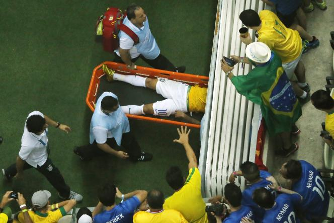 Neymar, le joueur-clé de la sélection auriverde, évacué sur une civière, vendredi 4 juillet, au stade Castelao de Fortaleza.