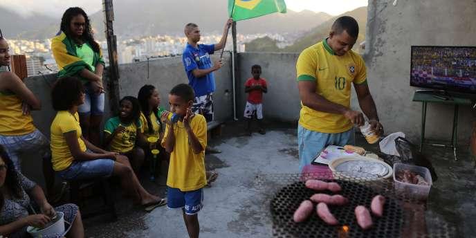 Un barbecue organisé sur une terrasse de la favela Mangueira de Rio, le 12 juin.