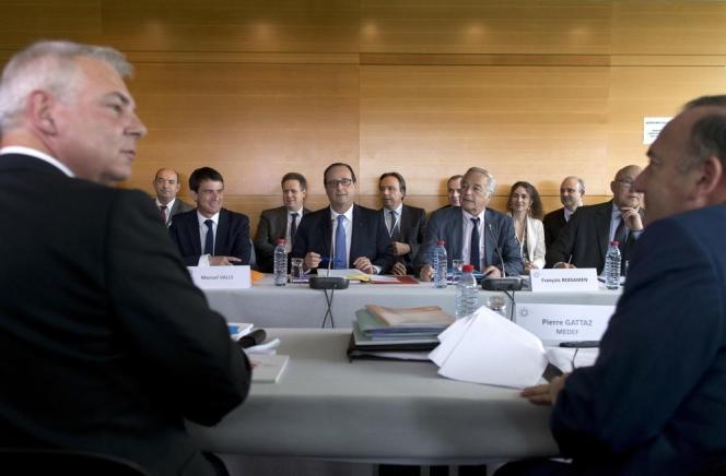 Le secrétaire général de la CGT, Thierry Lepaon (à gauche), et le président du Medef, Pierre Gattaz (à droite), face à Manuel Valls, François Hollande et François Rebsamen, enjuillet2014.