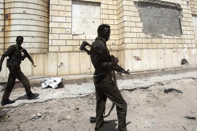 Des soldats somaliens patrouillent devant le parlement de Mogadiscio, le5juillet.
