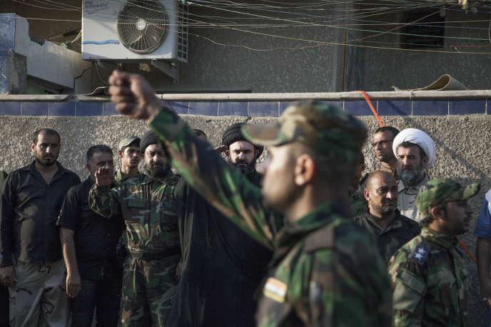A Sadr City, ville de la banlieue de Bagdad, revue de troupes du Hezbollah irakien dirigé par Wathiq Al-Battat (au centre, en noir), le 5 juillet.