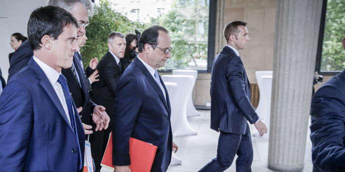 François Hollande, Manuel Valls et Jean-Paul Delevoye participent à la conférence sociale pour l'emploi, au Palais d'Iena, à Paris, le 7 juillet.