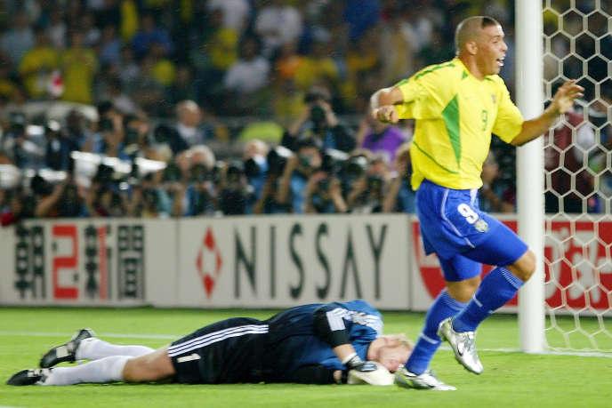 Oliver Kahn est à terre. Ronaldo jubile. Le Brésil tient son cinquième titre. L'Allemagne voit ses espoirs s'envoler.