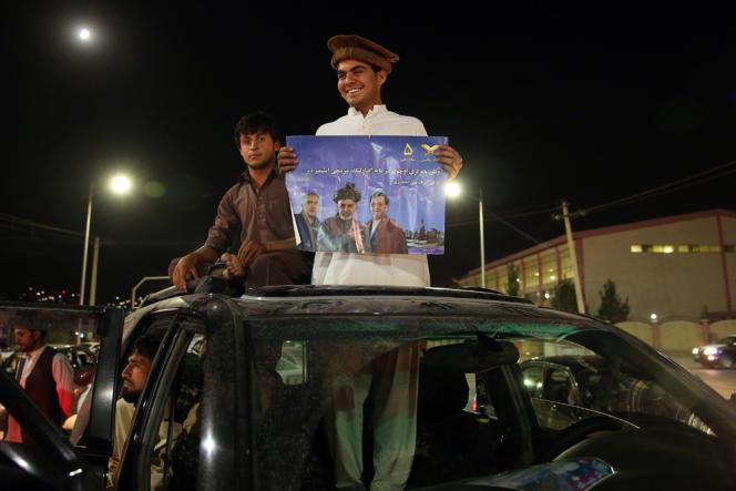 Un sympathisant d'Ashraf Ghani Ahmadzai célèbre la victoire du candidat à l'élection présidentielle après l'annonce des premiers résultats à Kaboul, le 7 juillet.