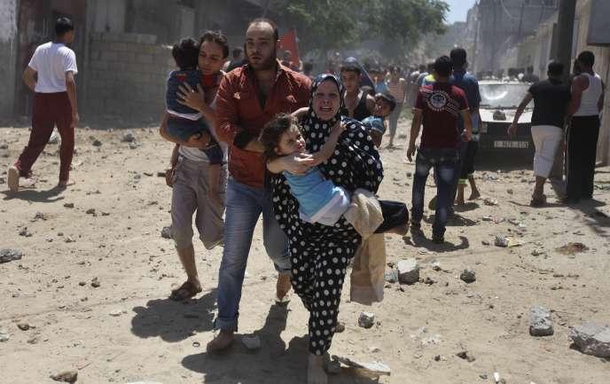 A Gaza, mercredi 9 juillet 2014, une famille palestinienne fuit une attaque de l'armée israélienne.