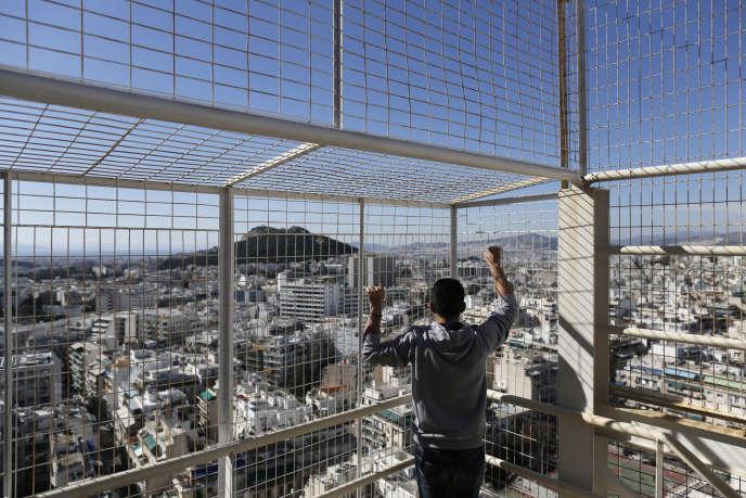 Un réfugié syrien à Athènes, en février 2013. Ancien officier de police, passé du côté des rebelles anti-Assad, il a été emprisonné trois mois dans une cellule avec cinquante autres détenus, dans un camp grec proche de la frontière avec la Turquie.