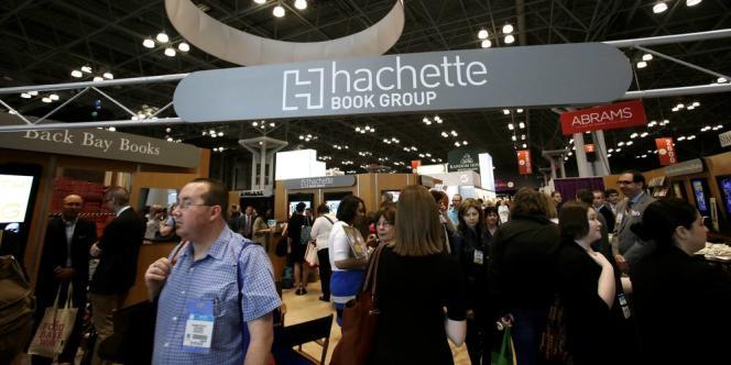 Amazon, qui détient 30 % du marché du livre aux Etats-Unis et même 60 % sur les versions numériques, veut faire baisser les prix tandis qu'Hachette affirme vouloir préserver les intérêts des auteurs.