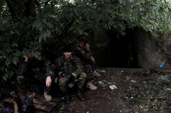 Des prorusses devant un abri à Marïnka, mardi 8 juillet.