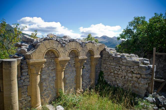 Au Poil, des ruines de l'eglise, dont des parties sont en renovation.