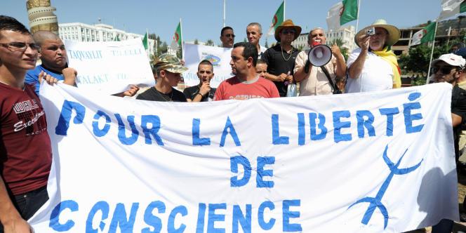 Des manifestants algériens dénoncent