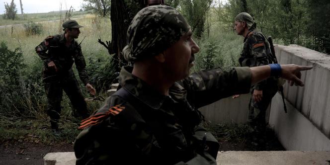 Soldats prorusses à Marïnka, mardi 8 juillet.