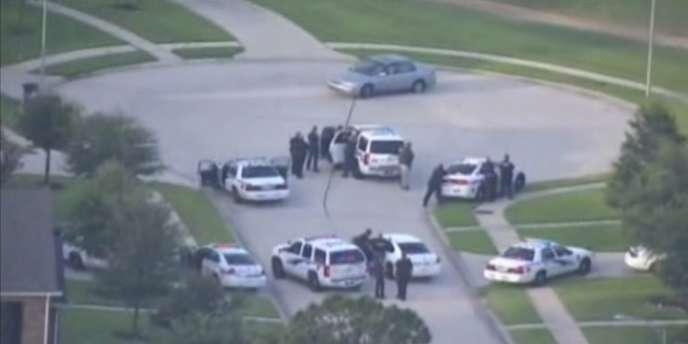 Les policiers ont poursuivi le suspect pendant une vingtaine de minutes avant de le bloquer dans un cul-de sac, où il a été encerclé par quelque cinquante agents, l'arme pointée sur lui.