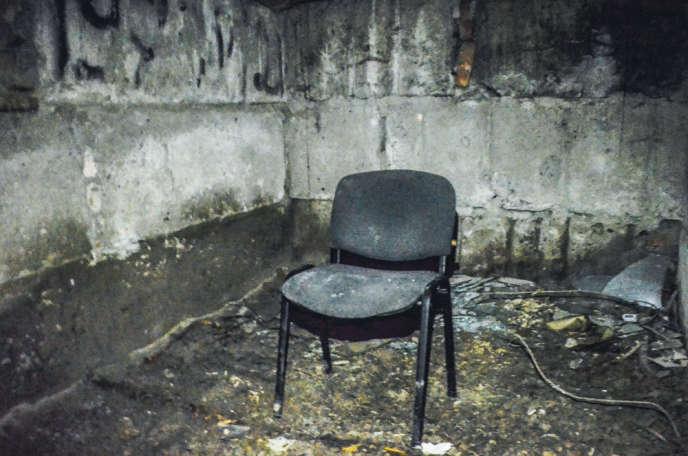 Une chaise qui semble avoir servi pour interroger les otages, au fond d'un sous-terrain dans l'hôtel de ville de Sloviansk, dans l'Est de l'Ukraine.