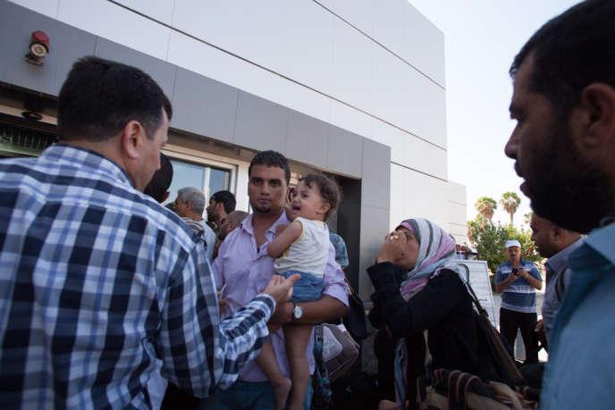 Des Palestiniens tentent de passer la frontière entre la bande de Gaza et l'Egypte, pour se rendre en Egypte, à Rafah, le 10 juillet.