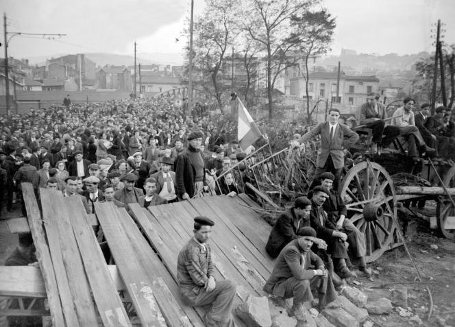 Vue générale du meeting tenu devant le puits de Couriat, en présence des mineurs en grève, le25octobre1948.