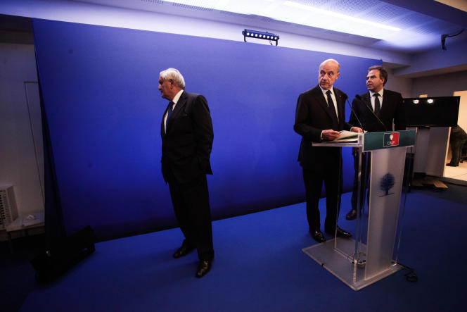 Jean-Pierre Raffarin, Alain Juppé et Luc Chatel, au siège de l'UMP à Paris, le 8 juillet.