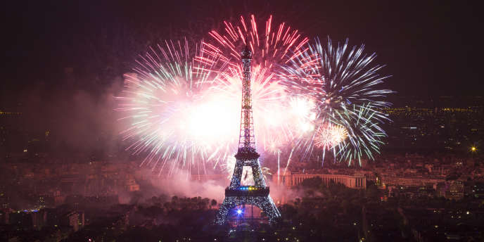 Le feu d'artifice du 14 juillet 2013 devant la tour Eiffel, à Paris.