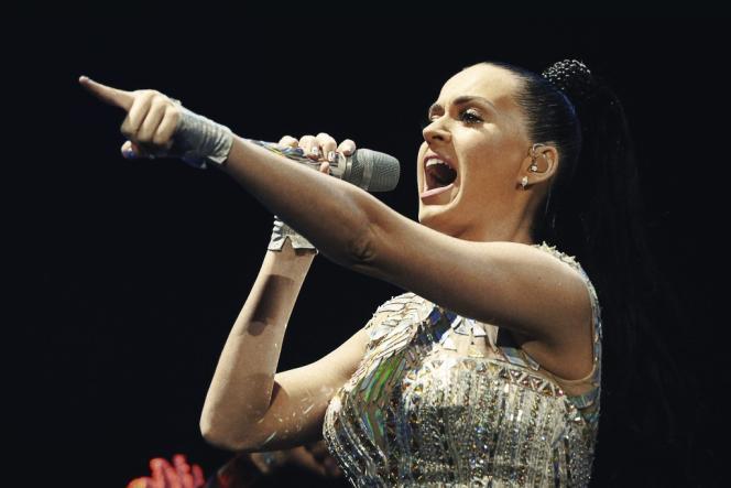 La chanteuse Katy Perry fait partie des adeptes de cette fréquence vocale, qui se situe en dessous de 100 hertz, au lieu de 200 hertz en général pour les femmes.