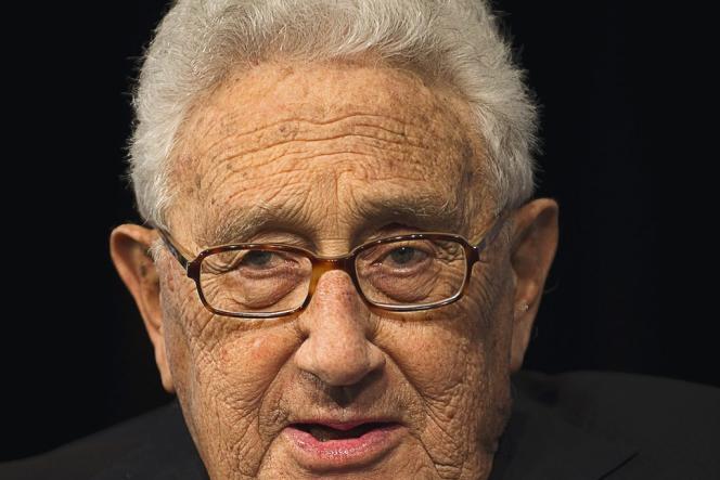 Si le phénomène  touche surtout les femmes, on a pu le déceler chez certains hommes, notamment Henry Kissinger.