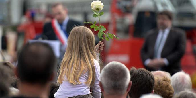 Plusieurs centaines de personnes se sont rassemblées devant la gare, un an après la catastrophe ferroviaire qui a provoqué la mort de sept personnes.