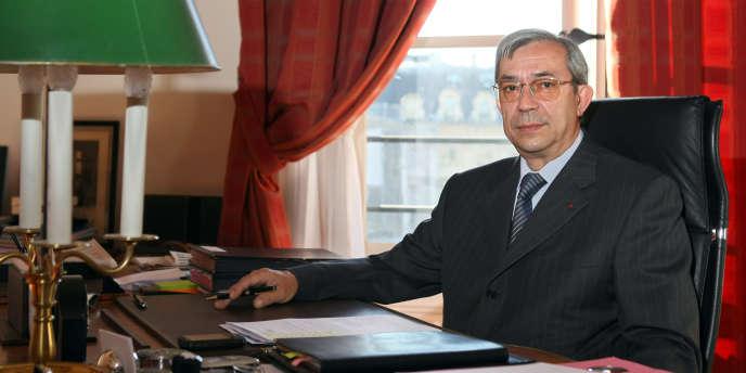Gilbert Azibert dans son bureau au ministère de la justice, en 2008.