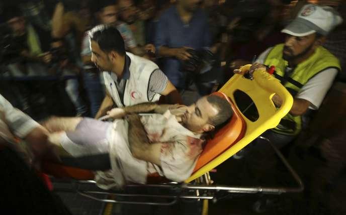 Un Palestinien blessé après un bombardement d'Israël sur la bande de Gaza, le 12 juillet.