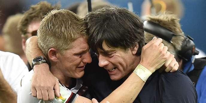 Joachim Löw aux côtés de son milieu de terrain Bastian Schweinsteiger, le 13 juillet 2014, lors de la victoire allemande contre l'Argentine en finale du Mondial.