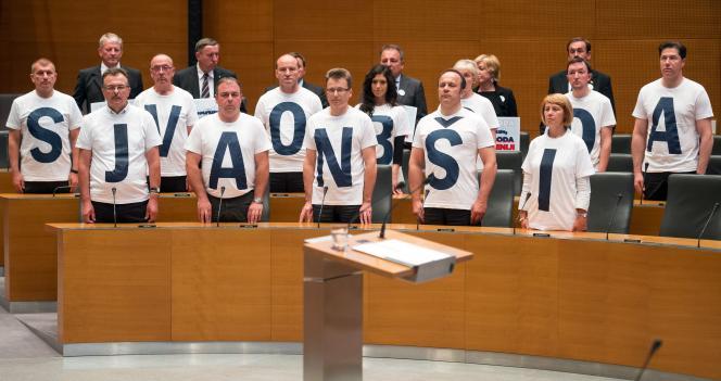 Des parlementaires du SDS portent des tee-shirts formant le slogan