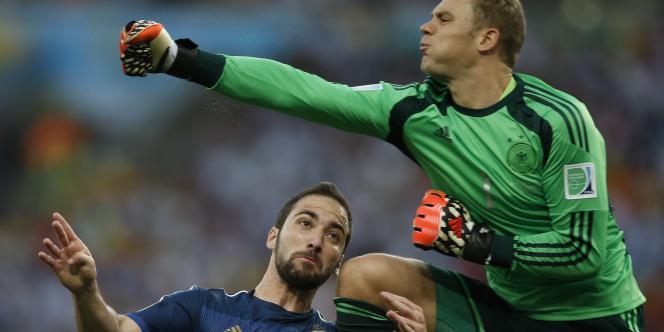Manuel Neuer face à l'Argentin Higuain en finale de la Coupe du monde.