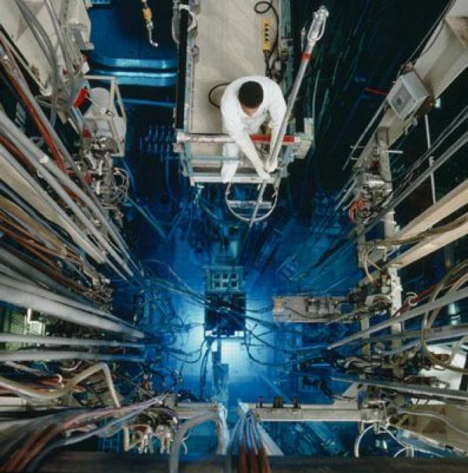 Vue plongeante dans le cœur du réacteur Osiris, sur le site du Commissariat à l'énergie atomique et aux énergies alternatives (CEA) à Saclay (Essonne).