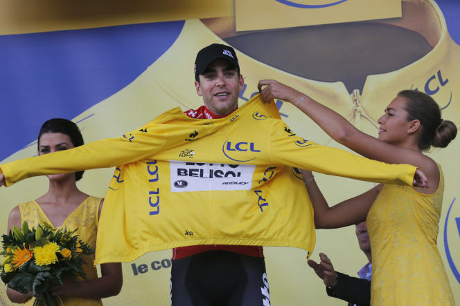 Tony Galopin enfile le maillot jaune sur le podium de la 9e étape, dimanche 13 juillet à Mulhouse.