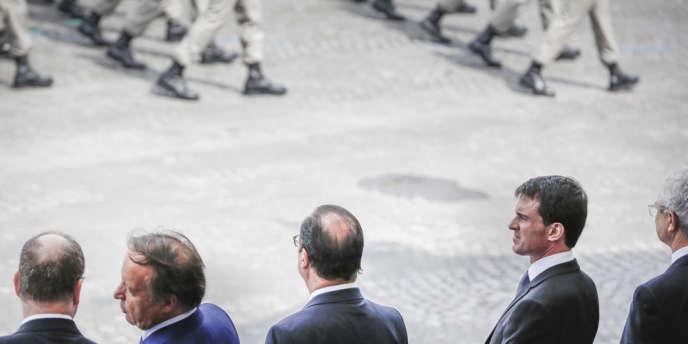 François Hollande, Manuel Valls et Claude Bartolone assistent au défilé militaire des Champs-Élysées, le 14 juillet 2014, placé sous le signe du centenaire de la Grande Guerre.