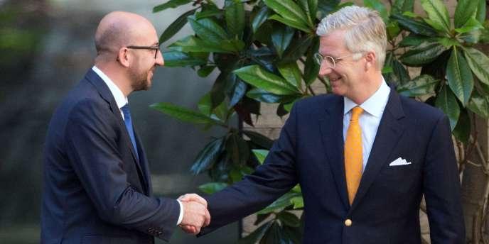 Charles Michel (à gauche),  président du Mouvement réformateur (MR), et le roi Philippe de Belgique après une réunion au palais royal à Bruxelles, le 14 juillet.