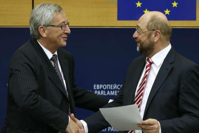 Jean-Claude Juncker félicité par Martin Schulz, le président du Parlement européen.