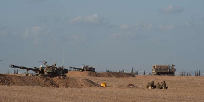 L'artillerie israélienne déployée près de la frontière entre la bande de Gaza et Israël, en Israël.   Photo by Ahikam Seri/Panos pour Le Monde
