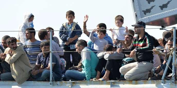 Des migrants sur le navire militaire italien