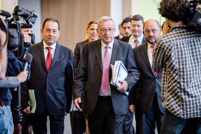 Jean-Claude Juncker, président désigné de la Commission, entouré du chef de file des socialistes européens, l'Italien Gianni Pittella (à gauche) et du président du Parlement européen, l'Allemand Martin Schultz (à droite), le 8 juillet à Bruxelles.